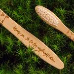 Usmej sa. Je to ten najkrajší dar, motivačná kefka, bambusová kefka, mobake